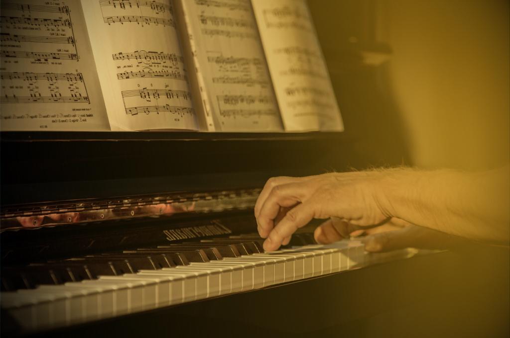 """die da träumen fort und fort, und die Welt hebt an zu singen, </br> triffst du nur das Zauberwort."""""""